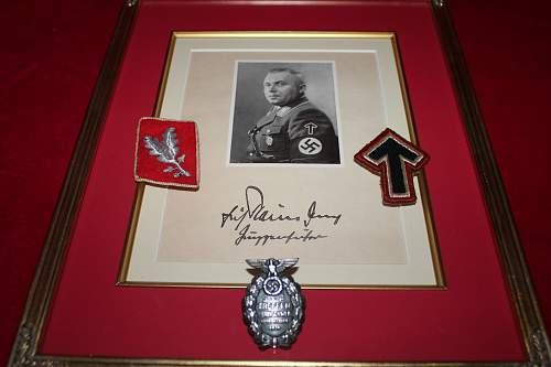 Sa insignia -As shown in the Eric Reiman signed pic