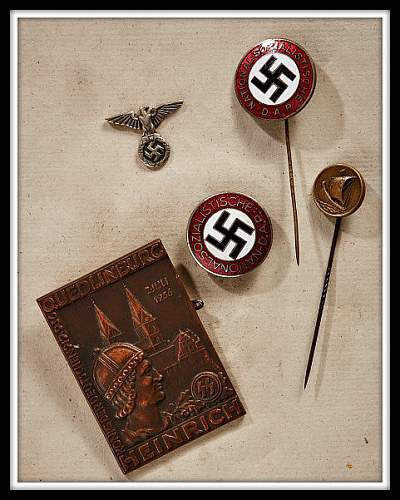 Andreas Thies sells badges of Jakob Grimminger