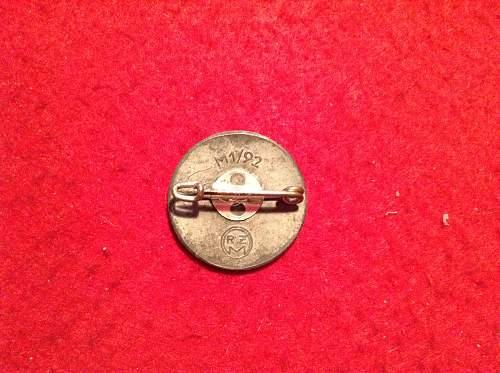 Nsdap badge M1/92, is it the original catch?