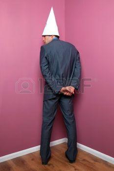 Name:  5034187-een-zakenman-staande-in-de-hoek-terwijl-het-dragen-van-een-domkop-hoed.jpg Views: 169 Size:  9.1 KB