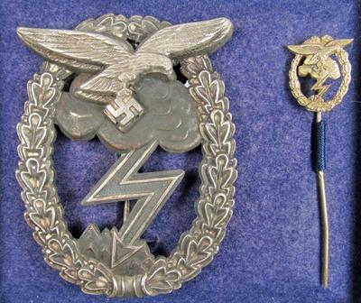 Nazi erdkampabzeichen cased with mini