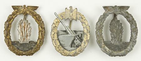 Zwei Minensuchabzeichen und einem Marine-Artillerie Abzeichen