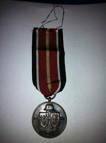 """Tapferkeits- und Erinnerungsmedaille der Spanischen """"Blauen Division"""" medal - fake or real help needed ? thanks"""