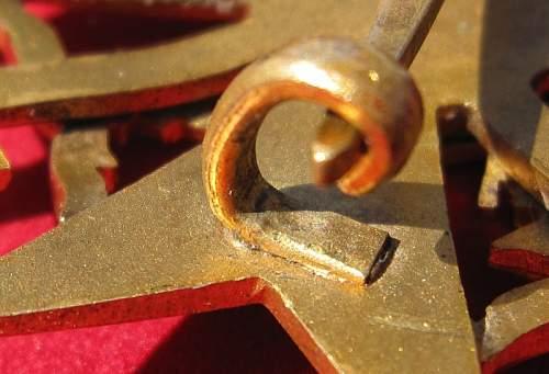 Spanienkreuz in Gold (?) mit Schwerten