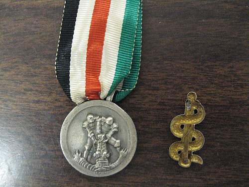 Click image for larger version.  Name:Afrika korps Medal and Medic badge 002.jpg Views:267 Size:318.7 KB ID:433878