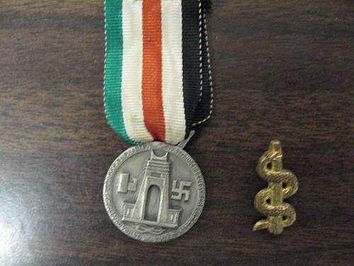 Click image for larger version.  Name:Afrika korps Medal and Medic badge 001.jpg Views:525 Size:312.8 KB ID:433879