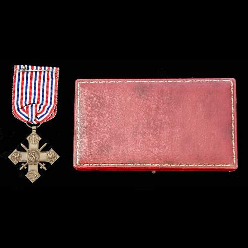 Click image for larger version.  Name:Czechoslovakian Cross of Valour rev with case.jpg Views:37 Size:93.8 KB ID:1000792