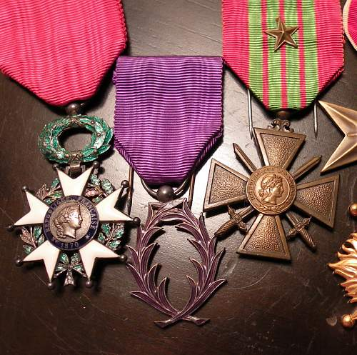 Unknown medal with purple laurels