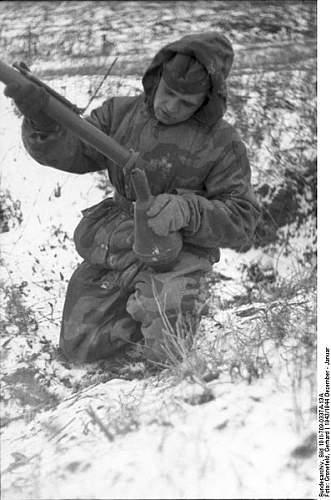 Click image for larger version.  Name:397px-Bundesarchiv_Bild_101I-709-0337A-13A,_Ukraine,_Soldat_mit_Panzerfaust.jpg Views:205 Size:46.7 KB ID:414080