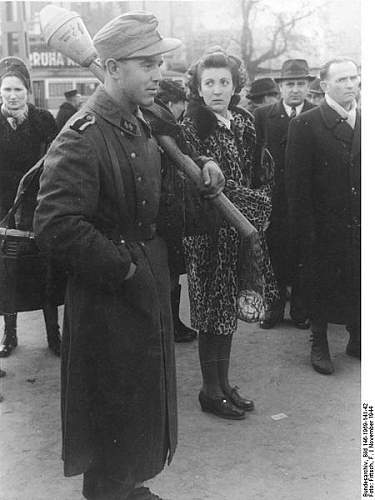Click image for larger version.  Name:450px-Bundesarchiv_Bild_146-1969-141-42,_Budapest,_Waffen-SS-Soldat_mit_Panzerfaust.jpg Views:167 Size:42.3 KB ID:414086