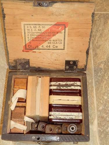S mine box with igniters and adaptors