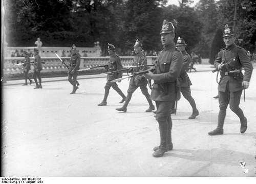 Click image for larger version.  Name:Bundesarchiv_Bild_102-00142,_Berlin,_Verfassungsfeier,_Polizei_mit_Bajonett.jpg Views:98 Size:49.5 KB ID:772684