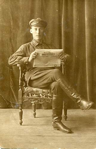 Machine gunner reading newspaper (photos from my collection).