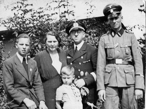 Is this Waffen SS family photo original or a post war copy?