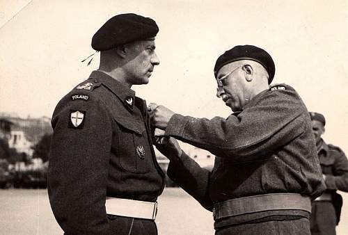 Click image for larger version.  Name:29th March 1945 Italy Gen Zygmunt Piasecki presenting the badge of the 7PUL to Gen Anders.jpg Views:108 Size:132.0 KB ID:1003007