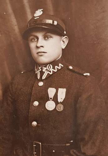 Need help to identify this Polish Soldiers uniform from family photos