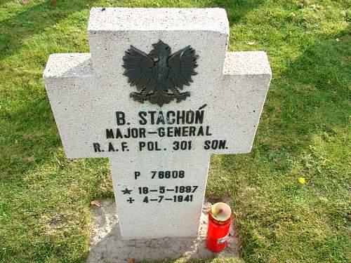 Click image for larger version.  Name:General pil Stachon grave at Breda.jpg Views:179 Size:98.4 KB ID:580322