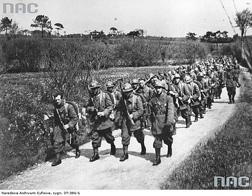 Click image for larger version.  Name:2nd Rifle Division soldiers marching in France 1940.jpg Views:3036 Size:95.7 KB ID:386197