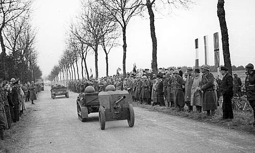 Click image for larger version.  Name:3rd May 1940 1st Grenadier Division pass in review at Autreville Martigny.jpg Views:554 Size:111.7 KB ID:386199