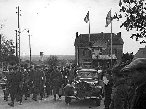Click image for larger version.  Name:1939 or 1940 Polish recruits arrive in France.jpg Views:688 Size:85.6 KB ID:386200