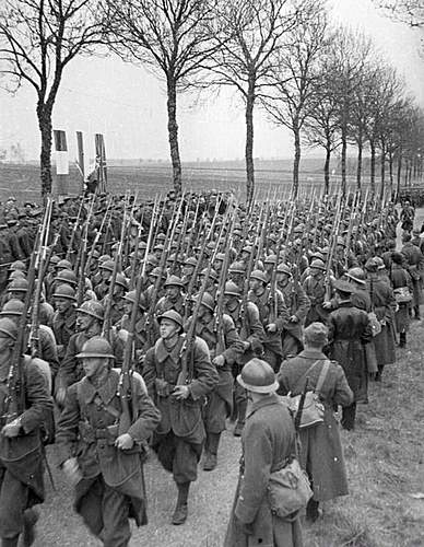 Click image for larger version.  Name:1st Grenadier Divison troops march past.jpg Views:258 Size:129.1 KB ID:386698