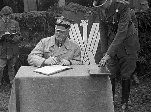 Click image for larger version.  Name:General Sikorski signing the 1st Grenadier Divisions  Journal.jpg Views:167 Size:87.5 KB ID:386699
