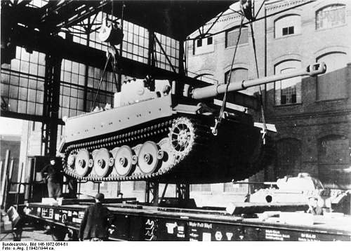 """Click image for larger version.  Name:Bundesarchiv_Bild_146-1972-064-61,_Kassel,_Verladen_eines_Panzer_VI_""""Tiger_I"""".jpg Views:229 Size:79.4 KB ID:600238"""