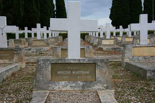 Click image for larger version.  Name:Plut Wladyslaw Mroczko grave at Casamassimo.jpg Views:144 Size:75.4 KB ID:678661