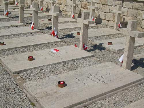 Click image for larger version.  Name:graves of 3 Commandos not awarded the MCC.jpg Views:333 Size:235.0 KB ID:695145