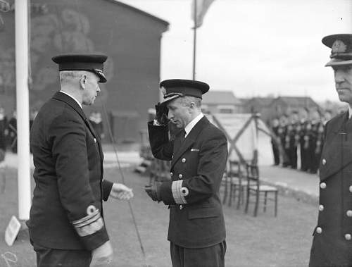 Click image for larger version.  Name:Admiral Swirski greeting Commander Namiesniowski.jpg Views:108 Size:91.0 KB ID:818525