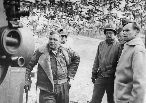 Click image for larger version.  Name:Pplk Jozef Sokol CO 3BSK inspecting US Artillery.jpg Views:15 Size:85.9 KB ID:937024