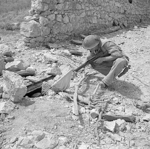 Click image for larger version.  Name:25th May 1944 Piedemonte Officer Cadet Jerzy Lesiak 6PPanc aiming his thompson at surrendering g.jpg Views:48 Size:146.4 KB ID:959768
