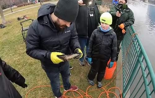 Magnet fishing