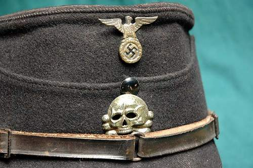 1st pattern deathshead cap badge
