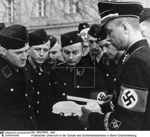 Himmler bei seinen Akten...