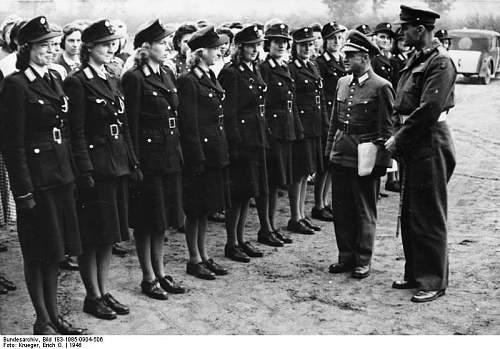 Click image for larger version.  Name:Bundesarchiv_Bild_183-1985-0904-506,_Berlin,_britischen_Offiziere_begutachten_Polizistinnen.jpg Views:532 Size:71.1 KB ID:199726