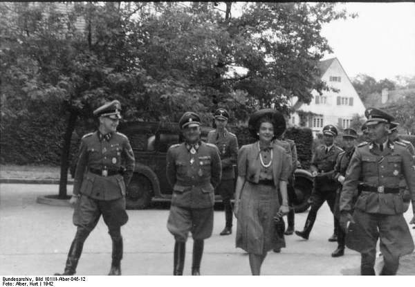 Click image for larger version.  Name:Bundesarchiv_Bild_101III-Alber-045-12,_Berlin,_Sepp_Dietrich_mit_Frau,_Gunter_d'Alquen.jpg Views:872 Size:62.6 KB ID:21660