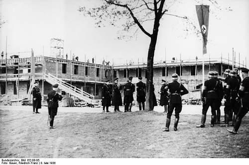 Click image for larger version.  Name:Bundesarchiv_Bild_152-08-05%2C_Dachau%2C_Konzentrationslager%2C_Besuch_Himmlers.jpg Views:675 Size:68.1 KB ID:25434