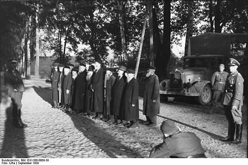 Click image for larger version.  Name:Bundesarchiv_Bild_101I-380-0069-39,_Polen,_Verhaftung_von_Juden,_Filmaufnahmen.jpg Views:2804 Size:87.8 KB ID:25849