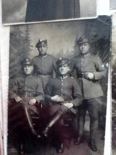 can anyone identify what rank and what branch these soldiers are?