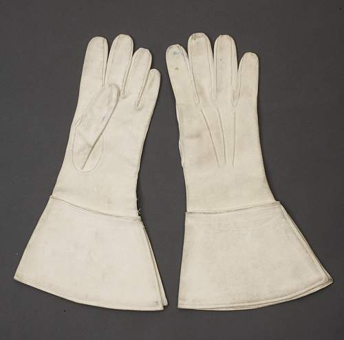 White buck gloves of the SS