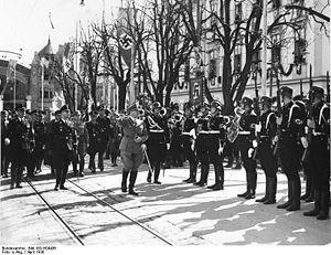 Name:  300px-Bundesarchiv_Bild_183-H04436,_Klagenfurt,_Adolf_Hitler,_Ehrenkompanie.jpg Views: 171 Size:  25.4 KB