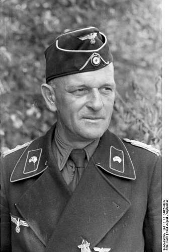 Click image for larger version.  Name:Bundesarchiv_Bild_101I-210-0124-08A,_Russland-Nord,_Panzersoldat.jpg Views:194 Size:49.6 KB ID:413045