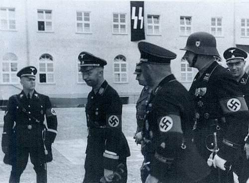Aermelstreifen, Panzerschutzmuetzen   Delich wonders in detail.