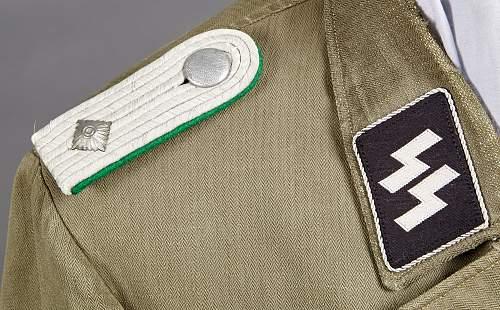 erdgraue oder erdbraune Bluse eines Offiziers....