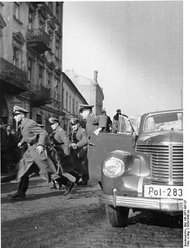 Click image for larger version.  Name:Bundesarchiv_Bild_146-1971-067-07,_Sicherheitsdienst_in_Polen,_Razzia.jpg Views:43 Size:63.7 KB ID:922646