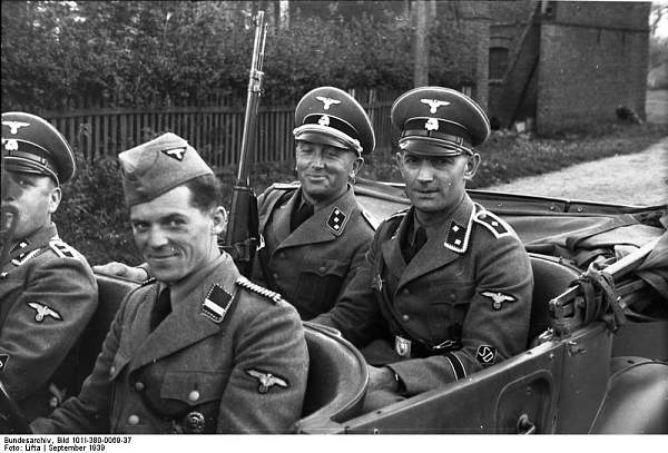 Click image for larger version.  Name:Polen,_Verhaftung_von_Juden,_SD-Männer.jpg Views:38 Size:74.3 KB ID:987527