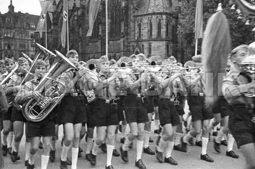 Name:  W2Pn10d_Hitler_Youth_band_Saar_1940_41_psd.jpg Views: 97 Size:  56.3 KB