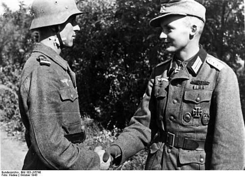 Click image for larger version.  Name:Bundesarchiv_Bild_183-J15748%2C_Verleihung_der_Goldenen_Nahkampfspange[1].jpg Views:670 Size:76.3 KB ID:123713