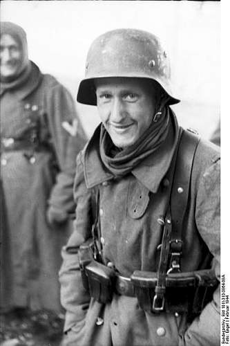 Click image for larger version.  Name:399px-Bundesarchiv_Bild_101I-310-0864-08A%2C_Italien%2C_deutscher_Soldat[1].jpg Views:2940 Size:33.4 KB ID:123714